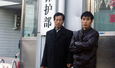 The farmer, pictured with his lawyer (left), who originally applied to the Anhui Provincial Environmental Protection Office for information disclosure. (Photo: Pacific Environment)